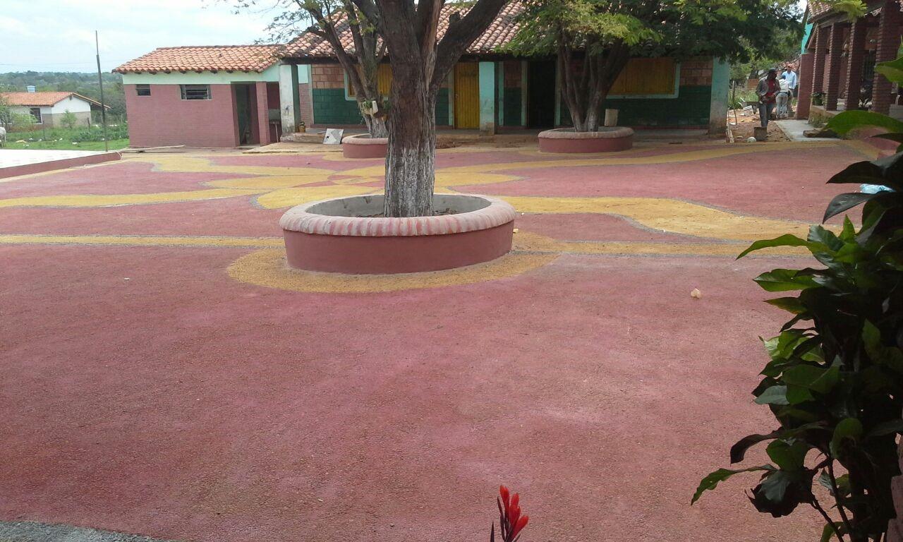 Construcción de pisos de canto rodados en la Escuela Básica Nº 1312 Vitalina Torres